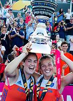 LONDEN - Marloes Keetels (Ned) en Xan de Waard (Ned)   na het winnen van  de finale Nederland-Ierland (6-0) bij  wereldkampioenschap hockey voor vrouwen.  . COPYRIGHT  KOEN SUYK