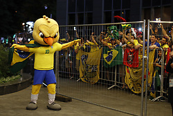 June 25, 2018 - Moscou, Rússia - MOSCOU, MO - 25.06.2018: ARRIVAL OF THE SELECTION IN MOSCOW - Canarinho Pistol stirs fans on the arrival of the Brazilian Football Team at the door of the Renaissance hotel in Moscow on Monday (25) (Credit Image: © Rodolfo Buhrer/Fotoarena via ZUMA Press)