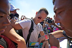 O piloto alemão Michael Schumacher ao desembarcar para o Grande Prémio do Brasil de Fórmula 1, em Interlagos, São Paulo. FOTO: Jefferson Bernardes/Preview.com