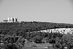 """Castel del Monte - Puglia - Castel del Monte domina le Murgie. Castel del Monte è un edificio del XIII secolo costruito dall'imperatore Federico II in Puglia, nell'attuale frazione omonima facente parte del vicino comune di Andria. La Murgia è una subregione pugliese che si estende per circa 4000 km² nel centro della Puglia centrale. Il nome deriva dalla parola latina """"murex"""", che significa roccia aguzza. La Murgia è un territorio carsico coltivato a olivi (per la produzione di olio d'oliva DOP), vite biologica e numerosi alberi da frutto come mandorli, ciliegi e gelsi."""
