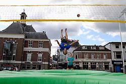 19-06-2009 VOLLEYBAL: SIDE EVENTS WORLD LEAGUE : APELDOORN<br /> Op de Markt in Apeldoorn werd het Bossaball promo team weer ingeschakeld en hingen er prachtige banieren op het Gemeentehuis<br /> ©2009-WWW.FOTOHOOGENDOORN.NL