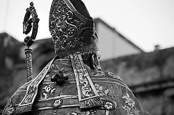 Lecce - Festeggiamenti in onore di Sant'Oronzo, San Giusto e San Fortunato. La statua di Sant'Oronzo lascia Piazza Duomo per sfilare nei vicoli del centro storico di Lecce.