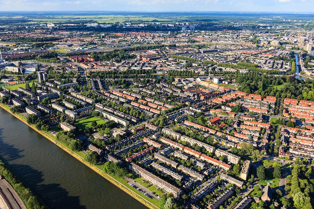 Nederland, Utrecht, Utrecht, 15-07-2012; overzicht van de wijk Halve Maan, direct naast het Amsterdam-Rijnkanaal. De wijk maakt onderdeel van uit van het stadsdeel Oog en Al.  De wijk stamt uit de  jaren vijftig, de wederopbouwperiode en kenmerkt zich door laagbouw en portiek-flats. Midden in de buurt het groen van het Victor Hugoplantsoen..Overview of the Halve Maan (Crescent) neighborhood, part of district Eye and Al. Low-rise flats and single-family houses. The neighborhood dates from the fifties, the post-war reconstruction period..luchtfoto (toeslag), aerial photo (additional fee required).foto/photo Siebe Swart