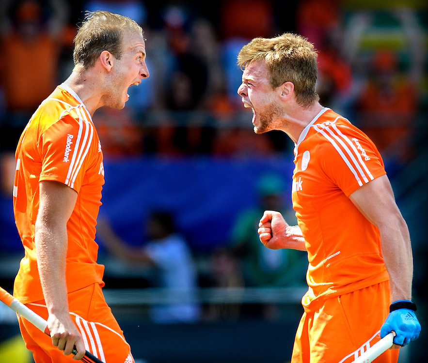 Nederland, Den Haag, 13-06-2014.<br /> Hockey, Wereldkampioenschap, Halve Finale, Mannen.<br /> Nederland - Engeland : 1-0.<br /> Mink van der Weerden ( rechts ) heeft het enige doelpunt gescoord uit een strafcorner en juicht samen met Billy Bakker uitbundig. <br /> Foto : Klaas Jan van der Weij