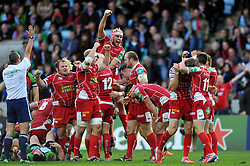 Scarlets players celebrate at the final whistle - Photo mandatory by-line: Patrick Khachfe/JMP - Tel: Mobile: 07966 386802 12/10/2013 - SPORT - RUGBY UNION - Twickenham Stoop - London - Harlequins V Scarlets - Heineken Cup