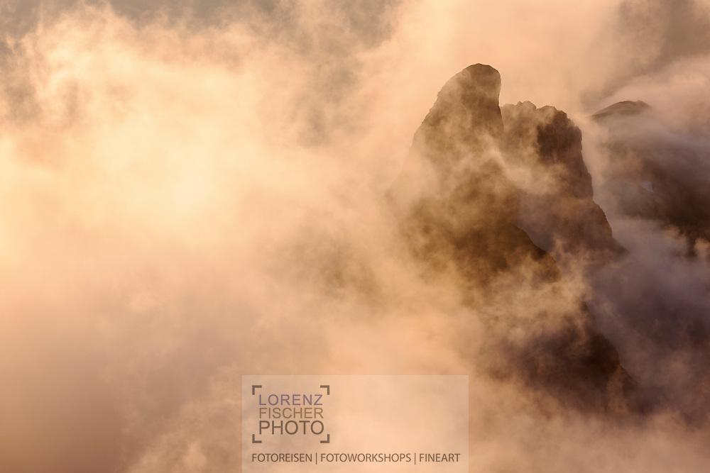 Landschaftsimpressionen mit Wolken- und Nebelstimmung vom Faulhorn oberhalb Grindelwald mit Blick auf das Schwabhorn.
