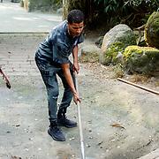 NL/Amersfoort/20200813 -  Bilal Wahib schept tijgerpoep in de  dierentuin, Bilal Wahib schept poep