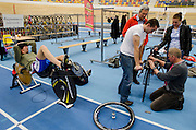 Wouter Ruyter is bezig met een recordpoging om het uursrecord te verbreken. Hij zou stoppen, omdat hij met zijn benen tegen het stuur komt en zo niet goed de bocht om kan komen.