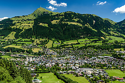 THEMENBILD - Die Stadt Kitzbühel mit dem Bergpanorama des Kitzbüheler Horn, aufgenommen am 26. Juni 2017, Kitzbühel, Österreich // The town of Kitzbuehel with the mountain panorama of the Kitzbüheler Horn at the Streif, Kitzbühel, Austria on 2017/06/26. EXPA Pictures © 2017, PhotoCredit: EXPA/ Stefan Adelsberger