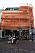 Oranje gaas en een oranje fiets