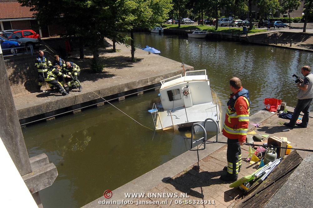 NLD/Huizen/20070530 - Zinkende boot naa eerste proefvaart Stuw Huizen