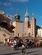 Kraków (woj. małopolskie) 05.05.2016. Sukiennice i Kościół Mariacki na Rynku Głównym w Krakowie