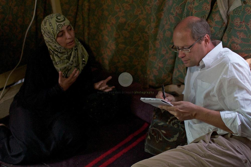 Aufstand in Jemen: ASIEN, JEMEN, SANAA, 21.06.2011: SPIEGEL-Korrespondent Alexander Smoltczyk im Interview mit Tawakkol Karman, Leiterin der Organisation Women Journalists Without Chains. Das Gespraech findet im Zelt der Organisation auf dem Platz des Wandels statt.