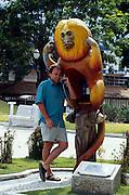 Das Goldgelbe Löwenäffchen ist die populärste der insgesamt vier Löwenäffchen-Arten. Dieser Affe, der eine Telephon-Zelle überdacht, garantiert seine Verschwiegenheit. Der Fotograf Solvin Zankl benutzt gerade das Telefon. | The Golden Lion Tamarin is the most popular one of the four Lion Tamarin species. This monkey roofing a phone booth guarantees discretion. The photographer Solvin Zankl is using the phone.
