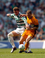 Photo. Jed Wee.Digitalsport<br /> Glasgow Celtic v Motherwell, Scottish Premier League, 08/08/2004.<br /> Celtic's Alan Thompson (L) is held off by Motherwell's Martyn Corrigan.