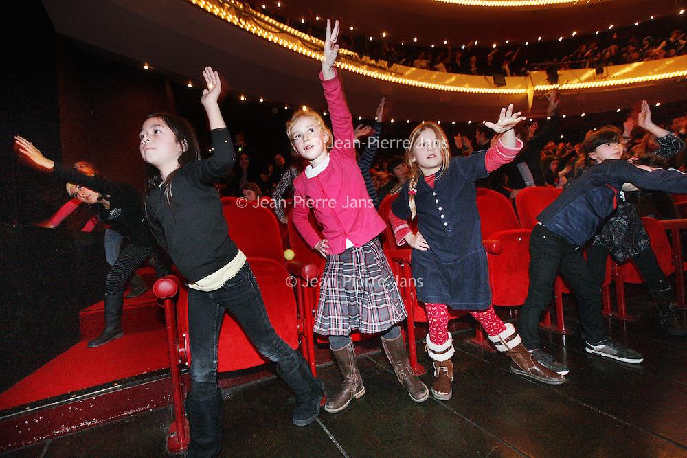 Nederland, Amsterdam , 20 december 2011..kindermatinee van de Notenkraker in het Muziektheater..1300 kinderen uit groep 5 & 6 (7 tm 9 jaar) uit heel Amsterdam (echt.uit alle stadsdelen zo'n beetje) komen naar een speciale ingekorte versie.kijken van de Notenkraker onder begeleiding van 45 onderwijsassistenten.van het ROC. In de pauze doen alle leerlingen nog een dansje in de zaal.(rond 14.50 ongeveer) onder begeleiding van 3 dansers..Foto:Jean-Pierre Jans