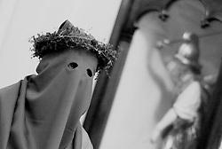 Reportage sulla processione del venerdi santo a Gallipoli...un appartenente alla confraternita del ss. crocifisso attende l'inizio della processione.