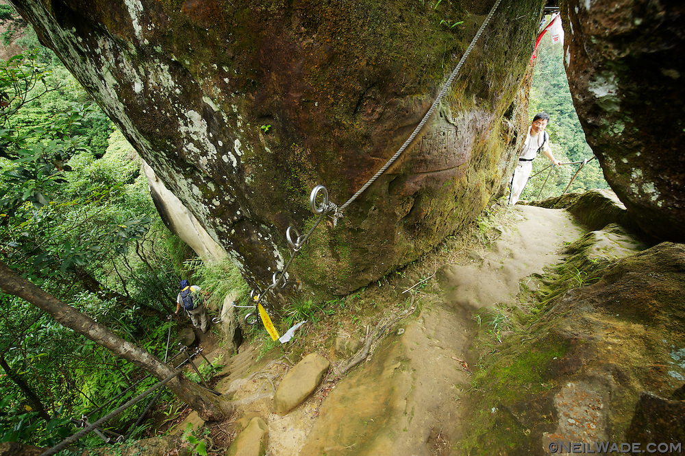 An interesection of trails under Xiaozi Shan.