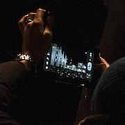 Manifestazione del Movimento 5 Stelle in Piazza Duomo a Milano. Piazza Doumo piena fotografata con un tablet.