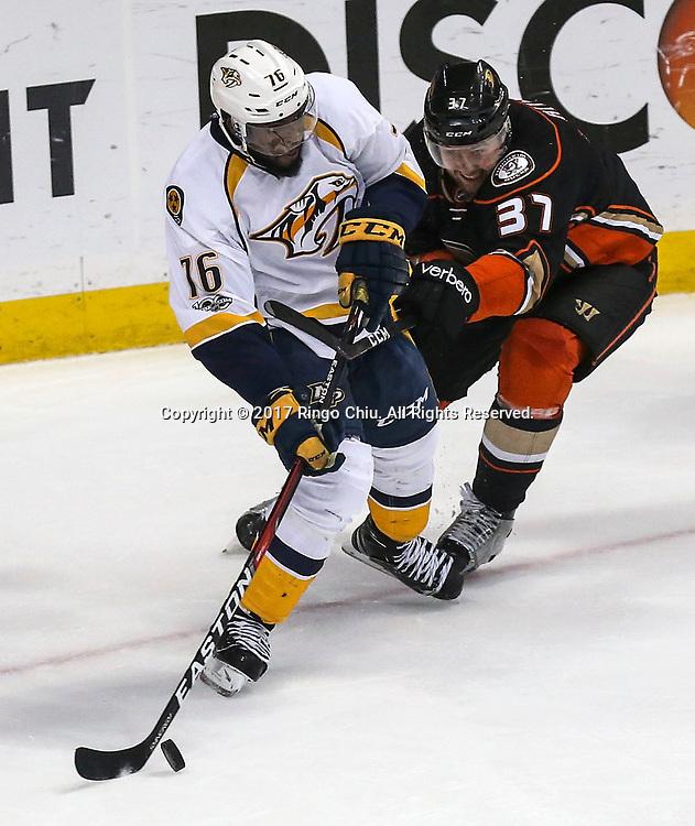 5月12日,纳什维尔捕食者队球员P.K. Subban (左) 与阿纳海姆鸭队球员 Nick Ritchie 在比赛中拼抢。当日,在美国加利福尼亚州的阿纳海姆举行的2016-2017赛季國家冰球聯盟(NHL)季后赛西部决赛,阿纳海姆鸭队 (Anaheim Ducks) 主场以3比2不敌纳什维尔捕食者队(Nashville Predators)。新华社发 (赵汉荣摄)