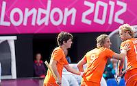 LONDEN - Roderick Weusthof heeft 2-0 gescoord,maandag in de hockey wedstrijd tussen de mannen van Nederland en India tijdens de Olympische Spelen in Londen . links Wouter Jolie, rechts Floris Evers..ANP KOEN SUYK