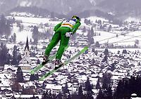 Hopp: 29.12.2001 Oberstdorf, Deutschland,<br />Ein Skispringer über Oberstdorf am Samstag (29.12.2001) bei der Qualifikation zum 1.Springen der Vierschanzentournee in Oberstdorf. <br />Foto: JAN PITMAN/Digitalsport