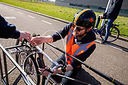In Delft oefenen atleten Emil Löwik en Kees Cornelissen met het rijden in een ligfietstandem. en In september wil het Human Power Team Delft en Amsterdam, dat bestaat uit studenten van de TU Delft en de VU Amsterdam, tijdens de World Human Powered Speed Challenge in Nevada een poging doen het wereldrecord snelfietsen voor tandems te verbreken met de VeloX TX, een gestroomlijnde ligfiets. Het record staat sinds 2019 op 120,26 km/u<br /> <br /> In Delft athletes Emil Löwe and Kees Cornelissen practise riding a recumbent tandem. With the VeloX TX, a special recumbent bike, the Human Power Team Delft and Amsterdam, consisting of students of the TU Delft and the VU Amsterdam, also wants to set a new tandem world record cycling in September at the World Human Powered Speed Challenge in Nevada. The current speed record is 120,26 km/h, set in 2019.