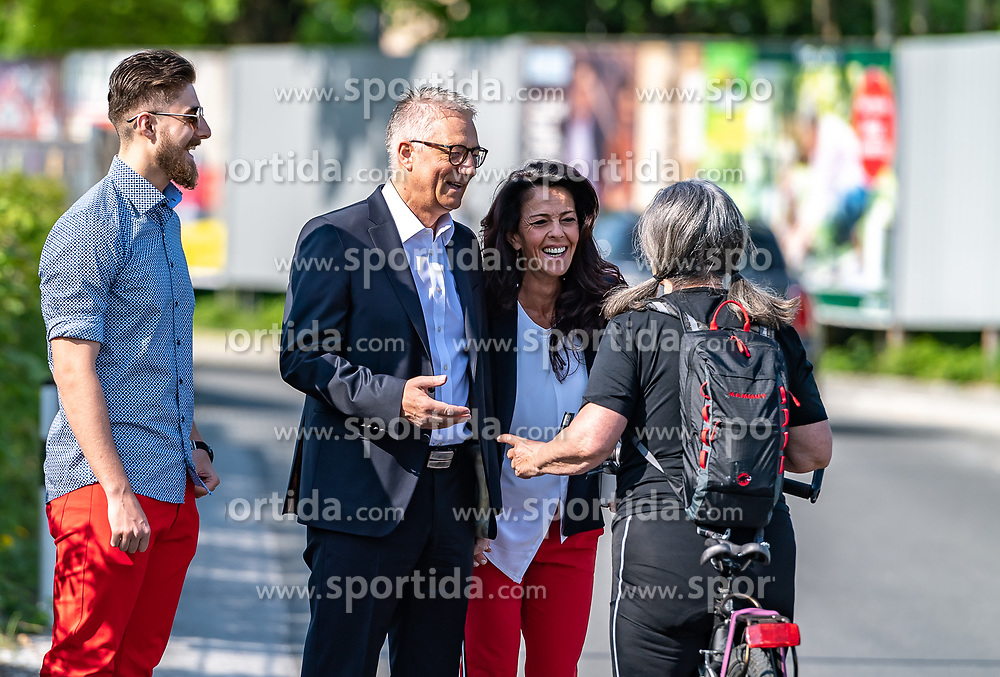 22.04.2018, Salzburg, AUT, Salzburger Landtagswahl, Stimmabgabe, im Bild SPOe Spitzenkandidat Walter Steidl mit Frau Brigitte und Sohn Oliver vor der Stimmabgabe // during the vote for the Salzburg state election 2018 in Salzburg, Austria on 2018/04/22. EXPA Pictures © 2018, PhotoCredit: EXPA/ JFK