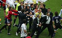 Streit zwischen argentinischen Spielern und Maxi Rodriguez schlaegt auf Bastian Schweinsteiger ein, Teammanger Oliver Bierhoff nach dem Schluss<br /> Fussball WM 2006 Viertelfinale Deutschland - Argentinien<br /> Tyskland - Argentina<br /> Norway only