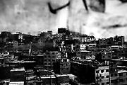 Vista de las casas del Cerro San Cosme, hogar de cientos de migrantes de todo el Perú. Se calcula que por cada una de sus 7,5 hectáreas hay 325 viviendas. El hacinamiento en que viven sus vecinos es caldo de cultivo para el desarrollo de enfermedades altamente contagiosas, como la tuberculosis, y ahora, ella COVID-19. Durante años el Cerro San Cosme fue el lugar con el más alto número de contagiados por tuberculosis de Lima. Durante la pandemia, la única posta del lugar no ha dejado de entregar los medicamentos a los pacientes con tuberculosis. Lima (Perú). 6 de marzo del 2020.