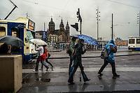 Station Amsterdam Centraal est la plus grande gare ferroviaire d'Amsterdam.<br /> Utilisee par 260.000 passagers par jour, elle est la deuxieme gare la plus frequentee du pays après Utrecht Centraal.C'est egalement le site du patrimoine national le plus visité des Pays-Bas.<br /> Amsterdam Centraal a ete construite par Pierre Cuypers et le constructeur mecanicien Adolf Leonard van Gendt.<br /> Cuypers est egalement le créateur du Rijksmuseum, ouvert en 1885, situe à 2,3 km, en face du centre historique de la ville, qui est tres similaire à la gare centrale.<br /> Station Amsterdam Centraal a ouvert ses portes en 1889.<br /> <br /> Station Amsterdam Centraal is the largest railway station of Amsterdam, and a major national railway hub. <br /> Used by 260,000 passengers a day, it is the second-busiest railway station in the country after Utrecht Centraal and the most visited national heritage site of the Netherlands.<br /> Amsterdam Centraal was designed by Dutch architect Pierre Cuypers and the mechanic builder Adolf Leonard van Gendt.<br /> Cuypers is also the creator of the Rijksmuseum, opened in 1885, located 2.3 km away, opposite the historic center of the city, which is very similar to the Central Station.<br /> Station Amsterdam Centraal first opened in 1889. It features a Gothic/Renaissance Revival station buildingand a cast iron platform roof spanning approximately 40 metres.