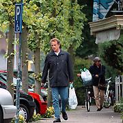 Gordon winkelend in Blaricum met AH tas