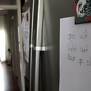 NLD/Huizen/20080129 - Briefje op de koelkast ter herrinering van het huishouden voor vergeetachtige mensen