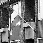 Schooltas met vlag aan de muur na het examen