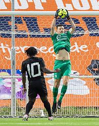 Kevin Stuhr Ellegaard (FC Helsingør) griber ind foran Tiémoko Konaté (Vendsyssel FF) under kampen i 1. Division mellem FC Helsingør og Vendsyssel FF den 18. september 2020 på Helsingør Stadion (Foto: Claus Birch).