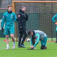 17.11.2020, Trainingsgelaende am wohninvest WESERSTADION - Platz 12, Bremen, GER, 1.FBL, Werder Bremen Training<br /> <br /> <br /> <br /> Marco Friedl (Werder Bremen #32)<br /> Joshua Sargent (Werder Bremen #19) im Gespräch<br /> <br /> Florian Kohfeldt (Trainer SV Werder Bremen)<br /> <br /> Foto © nordphoto / Kokenge