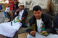 Yemen, Sanna, souk de la vielle ville classée au patrimoine mondiale de l'Unesco, marchande de qat.  // Yemen, Sanaa, Old Town, Unesco World Heritage, qat shop.