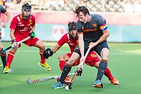 ANTWERPEN - Seve Ass (Ned) in duel met Marc Salles (Esp) tijdens de  halve finale  mannen, Nederland-Spanje (3-4) ,  bij het Europees kampioenschap hockey. COPYRIGHT KOEN SUYK