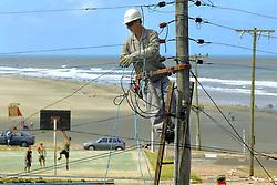 Operário conserta estragos causados na rede elétrica pelo vento de até 150 Km/h do ciclone Catarina que atingiu a cidade de Torres no litoral norte do RS, Brasil.FOTO: Jefferson Bernardes/Preview.com