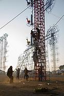 Hombres arman un castillo para concursar en la Feria Internacional de la Pirotecnia.