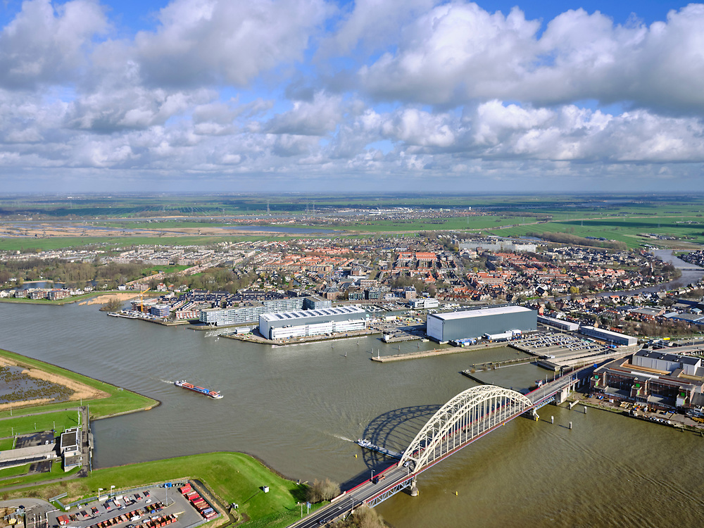Nederland, Zuid-Holland, gemeente Ridderkerk, 25-02-2020; Brug over de Noord (Alblasserdamse brug), gezien naar Alblasserdam. Naast de brug de Noordtunnel (of tunnel onder De Noord). Westelijke ingang, A15.<br /> Bridge across river Noord, tunnel entrance.<br /> luchtfoto (toeslag op standard tarieven);<br /> aerial photo (additional fee required)<br /> copyright © 2020 foto/photo Siebe Swart
