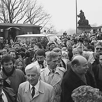… dass sie, zum ersten Mal aus dem Osten über die Glienicker Brücke kommend, hautnah westdeutsche Politiker erleben dürfen. Ich denke, das war in der DDR nicht ganz so selbstverständlich wie zu dieser Zeit in der Bundesrepublik.