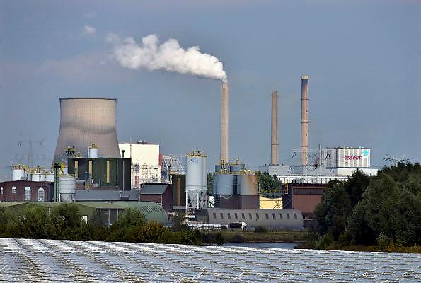 Nederland, Geertruidenberg, 15-9-2014 Elektriciteitscentrale van Essent. Het is een kolengestookte centrale, en staat op de nominatie om binnen twee jaar gesloten te worden vanwege ouderdom en stroomoverschot. Er worden ook biomassa en houtsnippers verstookt.Amercentrale.Foto: Flip Franssen/Hollandse Hoogte