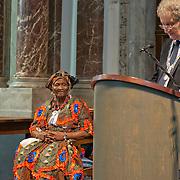 Amsterdam, 25-04-2014. Vandaag vindt de jaarlijkse lintjesregen plaats. In de Nieuwe Kerk te Amsterdam kregen vandaag de nieuwe ridders en officieren van Amsterdam hun lintje opgespeld door burgemeester Van der Laan. Er krijgen 19 dames en 35 heren een onderscheiding. 12 dames en 20 heren worden Lid in de Orde van Oranje Nassau. 5 ddames en 10 heren worden Ridder in de Orde van Oranje Nassau. 1 dame en 4 heren worden Officier van Oranje Nassau en 1 dame en 1 heer worden Ridder in de Orde van de Nederlandse Leeuw. Op de foto mevrouw E.H.M. Holband kwam als Kota Missie een lintje in ontvangst nemen.