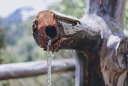 THEMENBILD - kristallklares Gebirgsquellwasser fließt aus einem Holzbrunnen, aufgenommen am 24. Mai 2020 in Kaprun, Oesterreich // crystal clear mountain spring water flows from a wooden well, in Kaprun, Austria on 2020/05/24. EXPA Pictures © 2020, PhotoCredit: EXPA/Stefanie Oberhauser