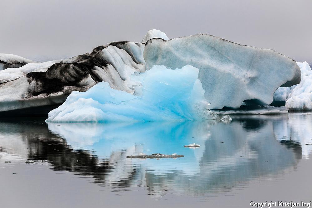 Icebergs from the glacier Breiðamerkurjökull floating on the lagoon Jökulsárlón.