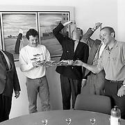 NLD/Huizen/19910522 - 1e Hollandse nieuwe haring word aangeboden aan  B&W gemeente Huizen