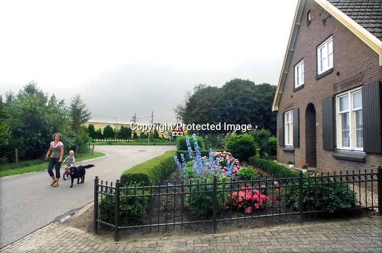 Nederland, Groessen, 15-6-2007De betuwelijn tussen groessen , loo, en het pannerdensch kanaal, nederrijn. Er zijn geluisschermen aangebracht om de overlast voor bewoners die direct langs de lijn wonen te beperken.Toch is er veel weerstand tegen de nieuwe goederenlijn. In de toekomst zal hier ook de aansluiting, doortrekking van de snelweg a15  van knooppunt ressen naar de a12 tussen duiven en zevenaar langs lopen en zullen verschillende huizen gesloopt, afgebroken moeten worden en de bewoners uitgekocht .Foto: Flip Franssen