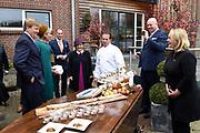 Koning Willem-Alexander en koningin Maxima brengen een streekbezoek aan Almelo en Noordoost Twente. Tijdens het bezoek staat het thema erfenis als toekomstkapitaal centraal. <br /> <br /> King Willem-Alexander and Queen Maxima bring a regional visit to Almelo and Northeast Twente. During the visit, the theme heritage as future capital center.<br /> <br /> op de foto / On the photo:  Aankomst bij Stal Het Oosterbrook in De Lutte en Demonstratie en rondleiding door de stal en uitleg over de inbedding in het Natura 2000-gebied. /// <br /> Arriving at Stable The Eastern Brook in De Lutte and demonstration and tour of the house and explain the embedding in the Natura 2000 site.