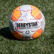 NLD/Zwolle/20180418 - Johnny de Mol onthult de nieuwe Eredivisiebal, nieuwe bal